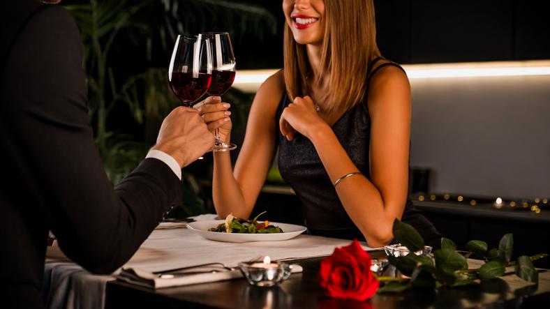 レストランでワインを飲むカップル